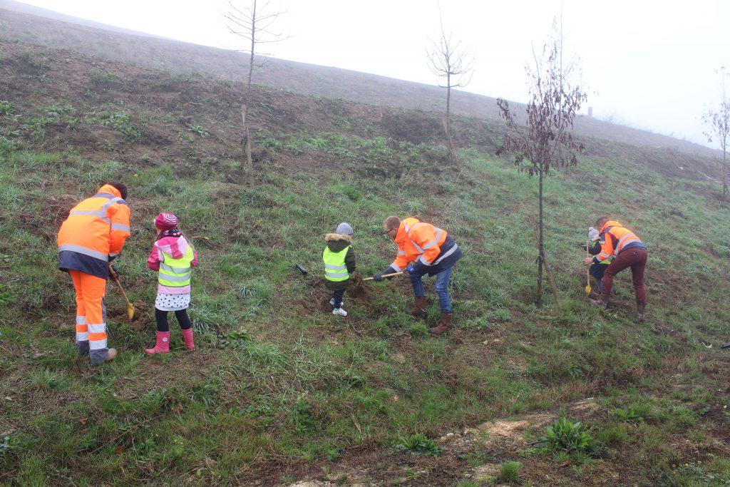 Plantation d'arbre par les écoles de Vert-le-Grand